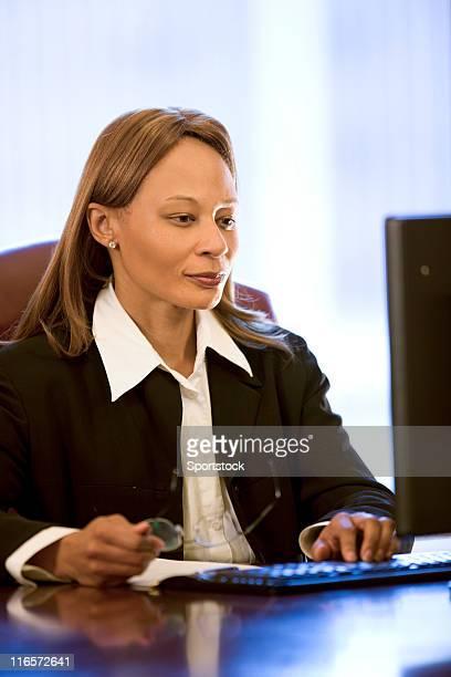 beautiful african american woman at her desk - alleen één oudere vrouw stockfoto's en -beelden