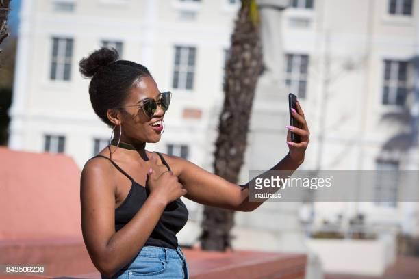 Adolescente de belle africaine hipster prenant selfie