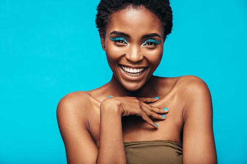 Beautiful african woman with vivid makeup 886639202
