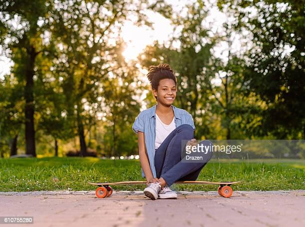 Belle afro-américaine ados dans Parc de skate en été.
