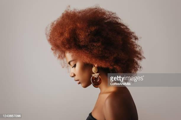 belle fille afro avec des boucles d'oreilles - boucle d'oreille photos et images de collection