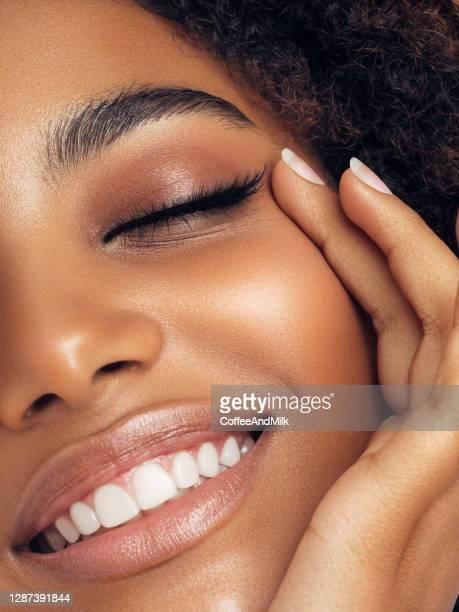 mooie afro vrouw - lichaamsverzorging en schoonheid stockfoto's en -beelden