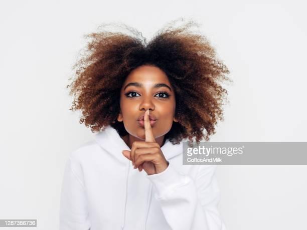 linda mulher afro mostrando ser tranquila - silêncio - fotografias e filmes do acervo