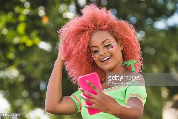 linda mulher afro tomando um selfie - carnival - fotografias e filmes do acervo