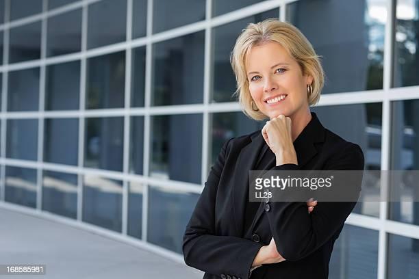 hermosa y seguro medio de mujer de negocios - representar fotografías e imágenes de stock