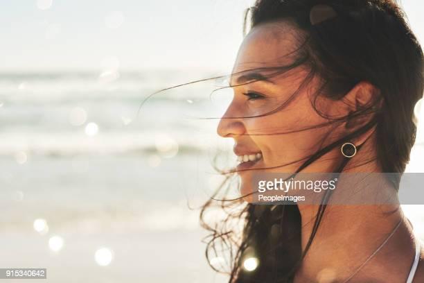 beautiful and free, just like the sea - donne abbronzate foto e immagini stock