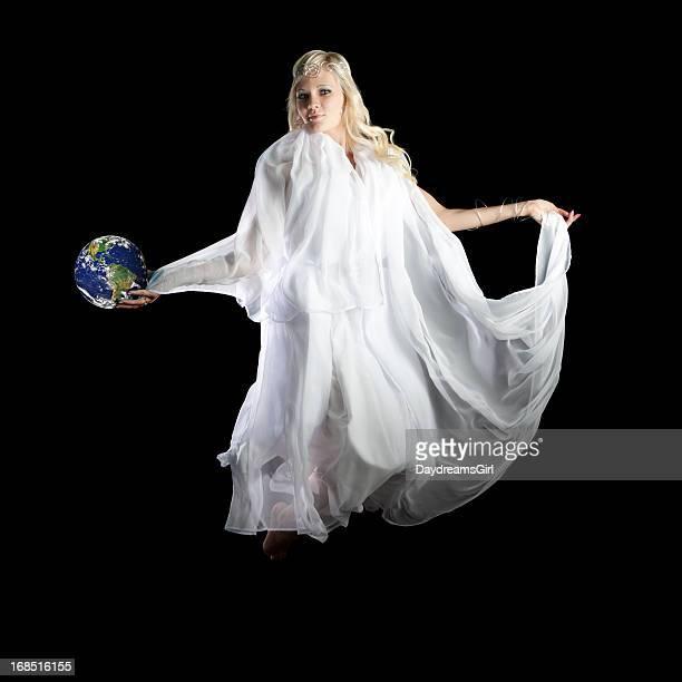 Schöne Engel fliegen und hält die Erde in der Hand