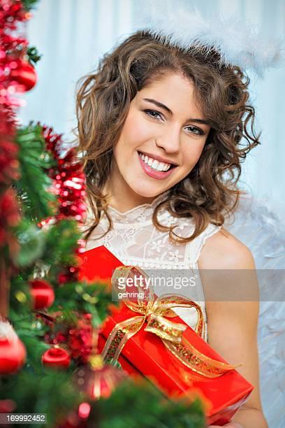 Schöne Engel mit Weihnachtsgeschenk