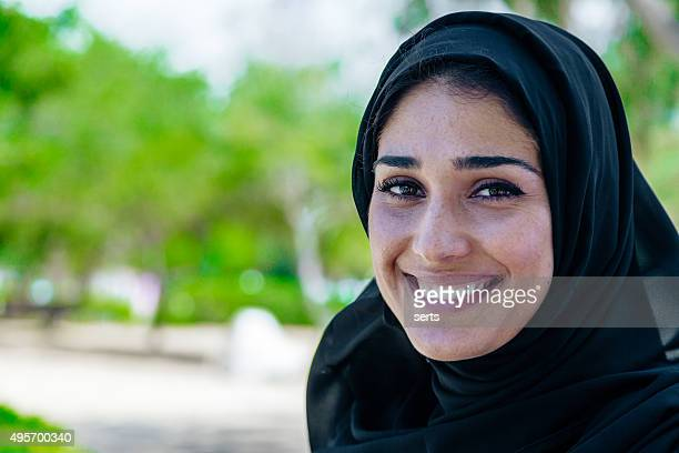 美しいアラブ笑顔の女性の肖像画のある屋外