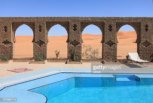 belos arcos da piscina no deserto do saara, marrocos - característica arquitetônica - fotografias e filmes do acervo