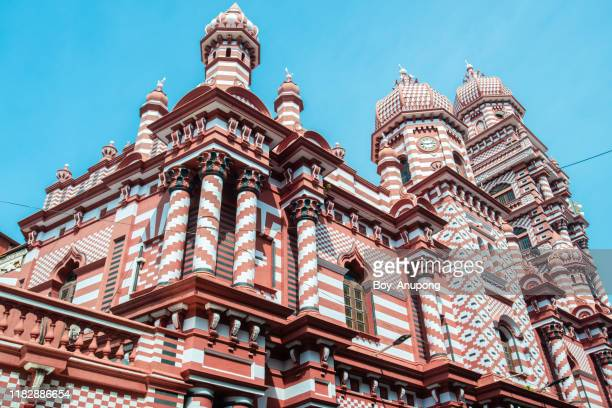 beautiful architecture of jami ul-alfar mosque or the red mosque an iconic and most popular historic mosque in colombo, sri lanka. - moschee stock-fotos und bilder