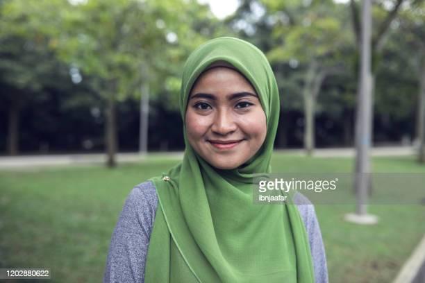 belas mulheres asiáticas de hijab correndo de manhã - vestimenta religiosa - fotografias e filmes do acervo