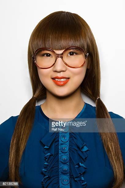 Schöne asiatische hipster mit übergroßen Gläsern