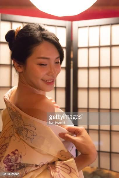 Schöne asiatische Frau gewesen, ihren Kimono auszuziehen