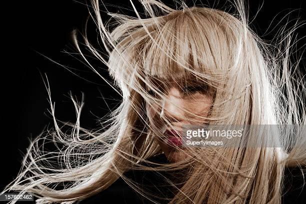 Schöne asiatische Frau mit lange Blonde, windumtosten Haar