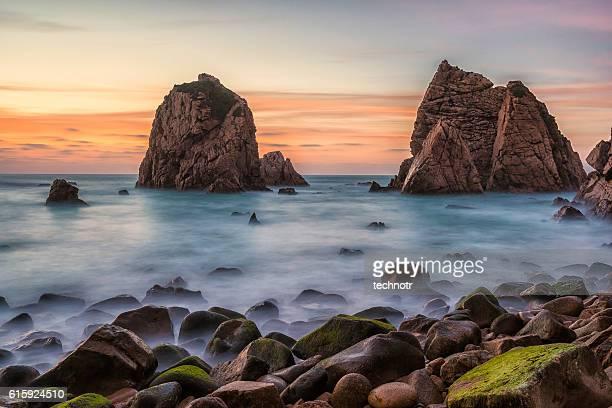 Magnifique plage Atlantique au Portugal au coucher de soleil