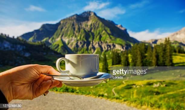 schöne österreichische landschaft mit blick auf die landschaft mit einer tasse kaffee - stimmungsvoller himmel stock-fotos und bilder