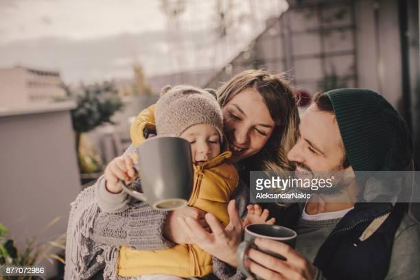 hermoso día de otoño en la azotea - winter family fotografías e imágenes de stock