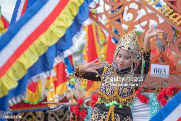 beautiful bajau ethnic with traditional costume perform a dance during the yearly event the regatta lepa in semporna, sabah, malaysia. boats with colourful flags calls sambulayang. lepa means boat or traditional canoe in the dialect of east coast bajau. - {{asset.href}} stock-fotos und bilder