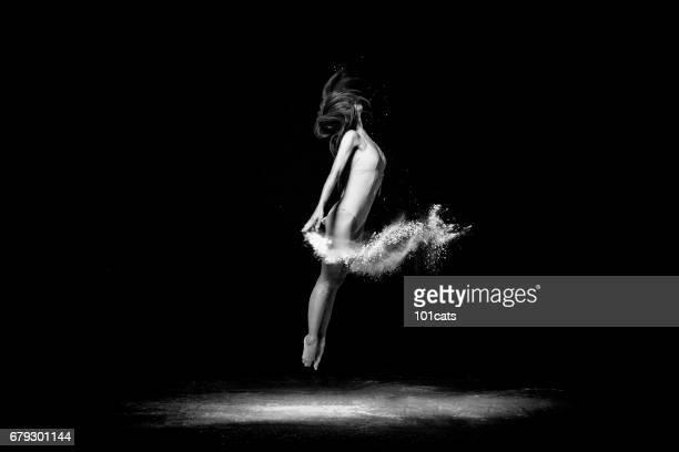 Hermoso bailarín, bailando con el polvo en el escenario