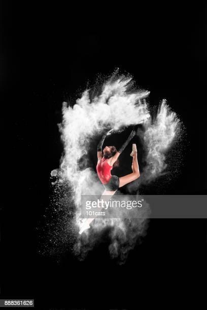 Mooie balletdanser, dansen met poeder op het podium