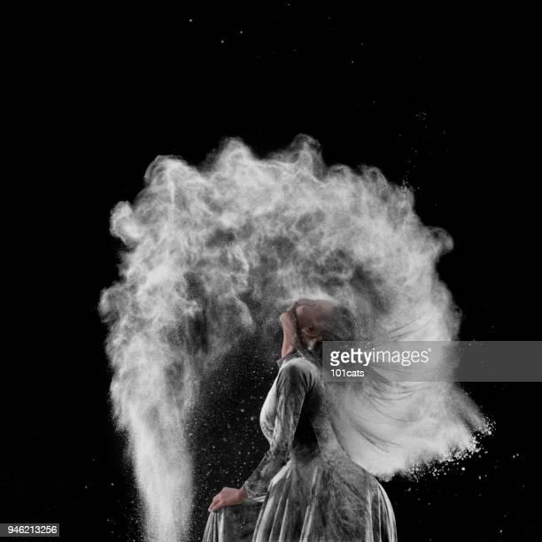 schöne ballett-tänzerin, mit pulver auf der bühne tanzen - tänzerin stock-fotos und bilder