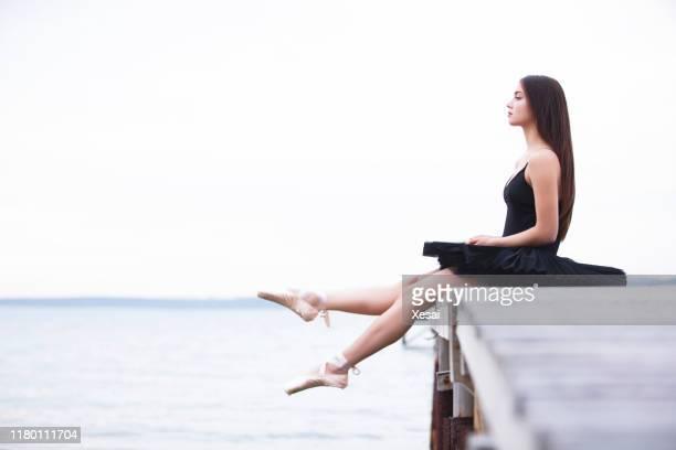 屋外でポーズをとる美しいバレエダンサー - チュール生地 ストックフォトと画像