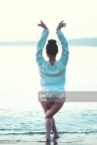 美しいバレエダンサーのポーズ - 床運動 ストックフォトと画像