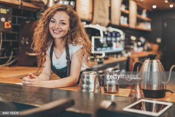 Schöne Barista an der Bar Theke