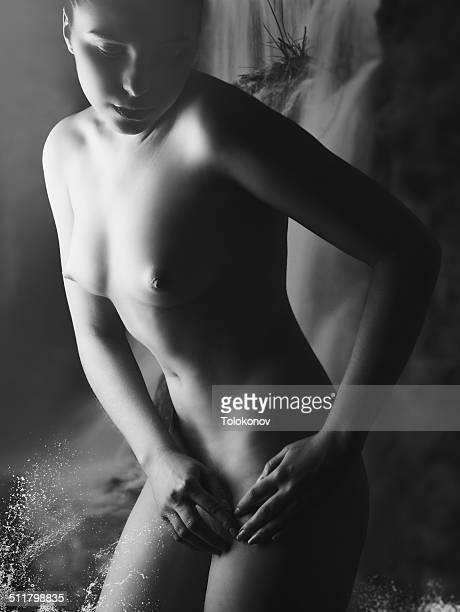 beautiful bather. black and white - só uma mulher jovem - fotografias e filmes do acervo