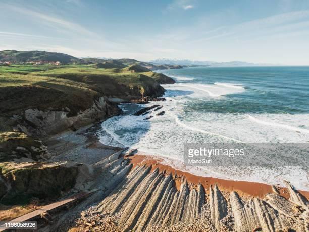 hermosa playa en cantabria, españa - cantabria fotografías e imágenes de stock
