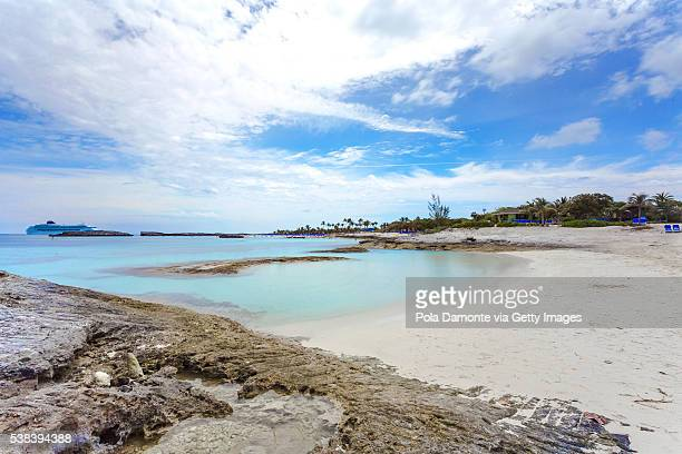 beautiful beach in great stirrup cay, bahamas, caribbean ocean and idyllic islands in a sunny day - magens bay stock photos and pictures