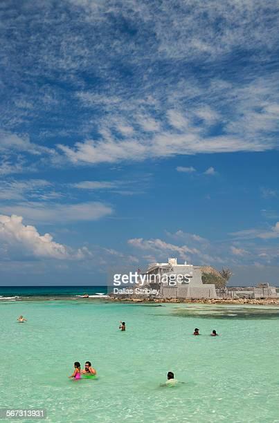 beautiful beach on isla mujeres, mexico - mujeres fotos stockfoto's en -beelden