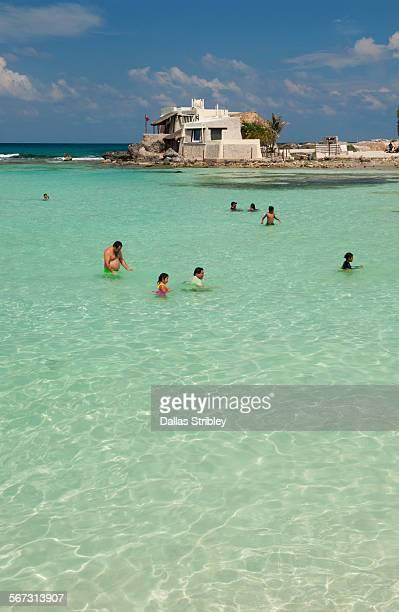 beautiful beach on isla mujeres ( mujeres island ) - mujeres fotos stockfoto's en -beelden