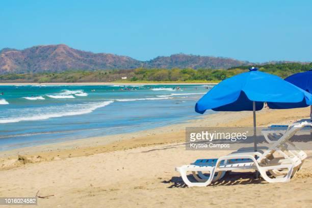 beautiful beach scenery at playa tamarindo, guanacaste - costa rica - playa tamarindo fotografías e imágenes de stock