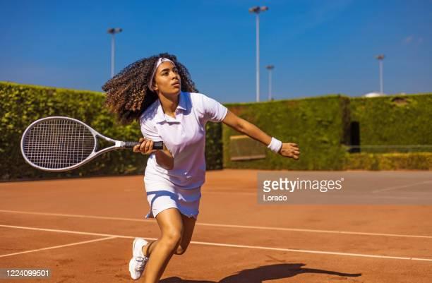 eine schöne schwarze tennisspielerin auf dem platz - international match stock-fotos und bilder
