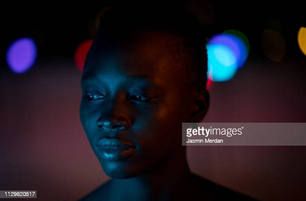 beautiful black girl posing at night - femmes africaines photos et images de collection