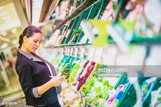 Schöne schwarze Haare, junge Geschäftsfrau Einkauf im Supermarkt