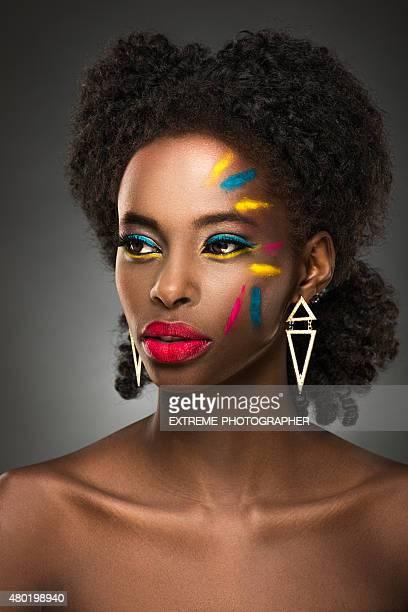 Hermosa mujer negra con maquillaje cara