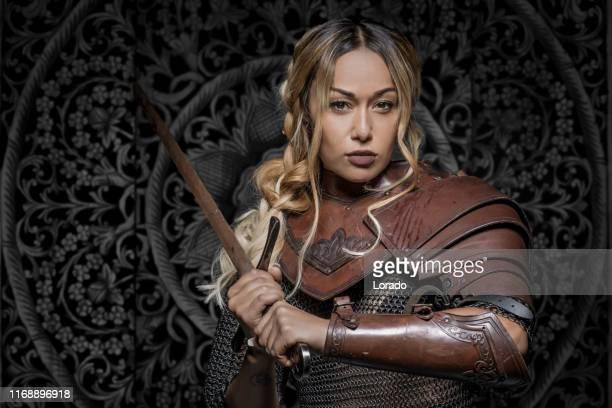 mooie zwarte zwaard zwaai viking warrior vrouwelijk - sports uniform stockfoto's en -beelden