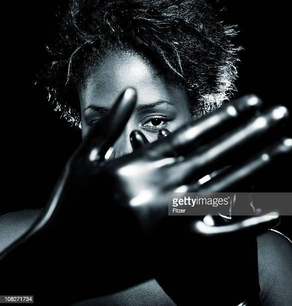 beau portrait de jeune femme noire action - latex photos et images de collection