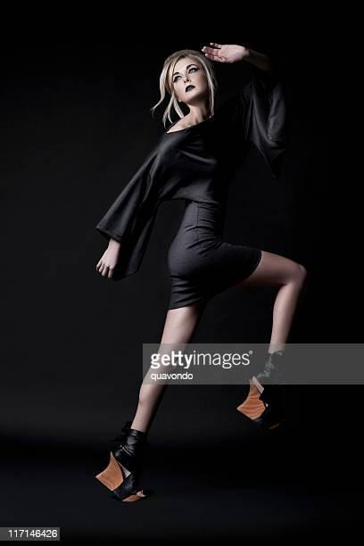 Schöne Blonde junge Frau, Model, asiatische Make-up und Fersen