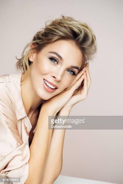 schöne blondine mit perfekten lächeln - aktmodell frau stock-fotos und bilder