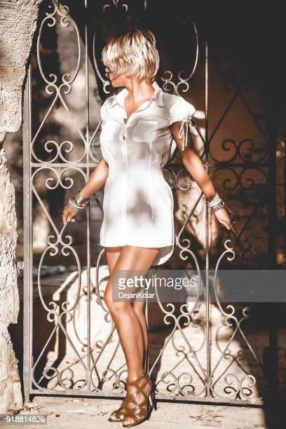 Vacker blond kvinna på gatan i gamla staden Rethymnon, Kreta, Grekland