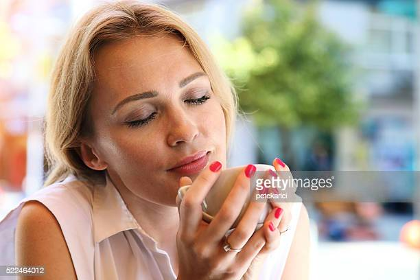 Beau blond jeune femme d'affaires dans un café