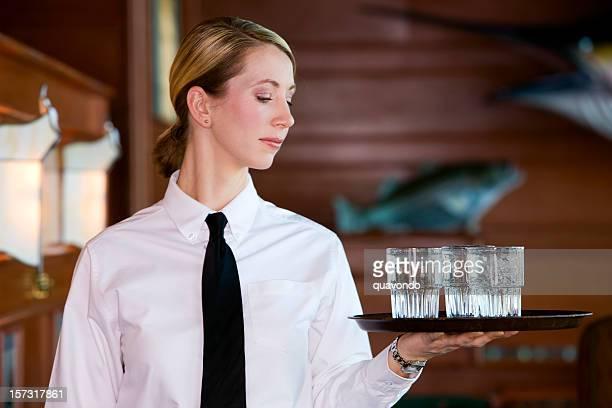 bellissima giovane donna bionda mette come server nel ristorante di pesce, copyspace - coda di cavallo foto e immagini stock
