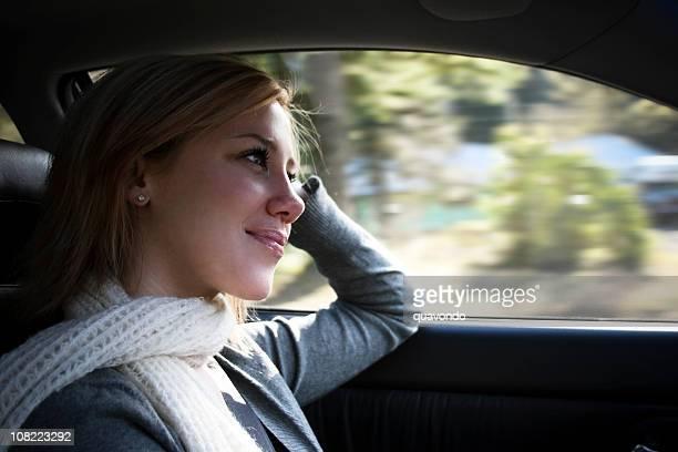 Schönen blonden jungen Frau im Auto fahren, Textfreiraum