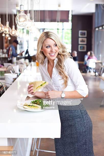 Wunderschöne Blond business-Frau isst Mittagessen in einem Café