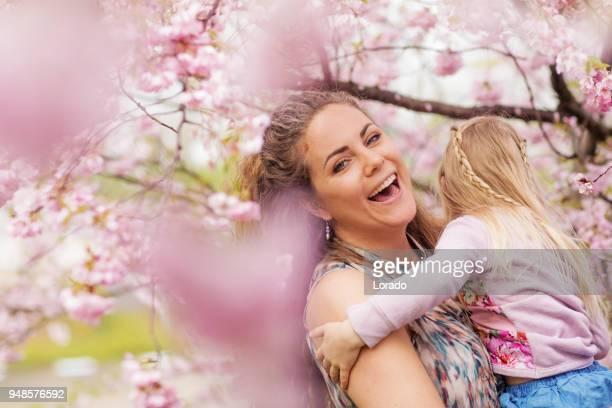 linda loira holandesa mãe e filho filha junto em uma floresta de flor de cereja - aunt - fotografias e filmes do acervo
