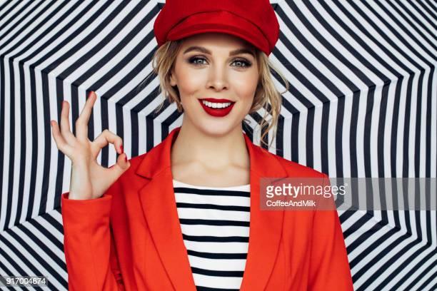 Belle femme blonde avec Rouge béret français